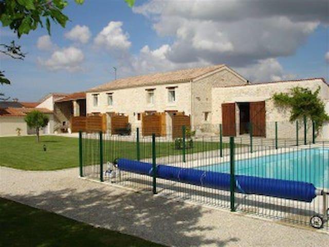 GITES PISCINE 10mn de La Rochelle - SAINTE SOULLE - Apartamento