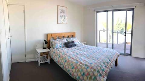 Modern Sunny Town House- 2min walk to Nth Hobart