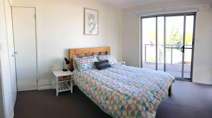 Modern Sunny Town House- 2min walk to Nth Hobart