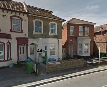 Double bedroom in Spacious flat w/ backyard - Southampton - Apartment