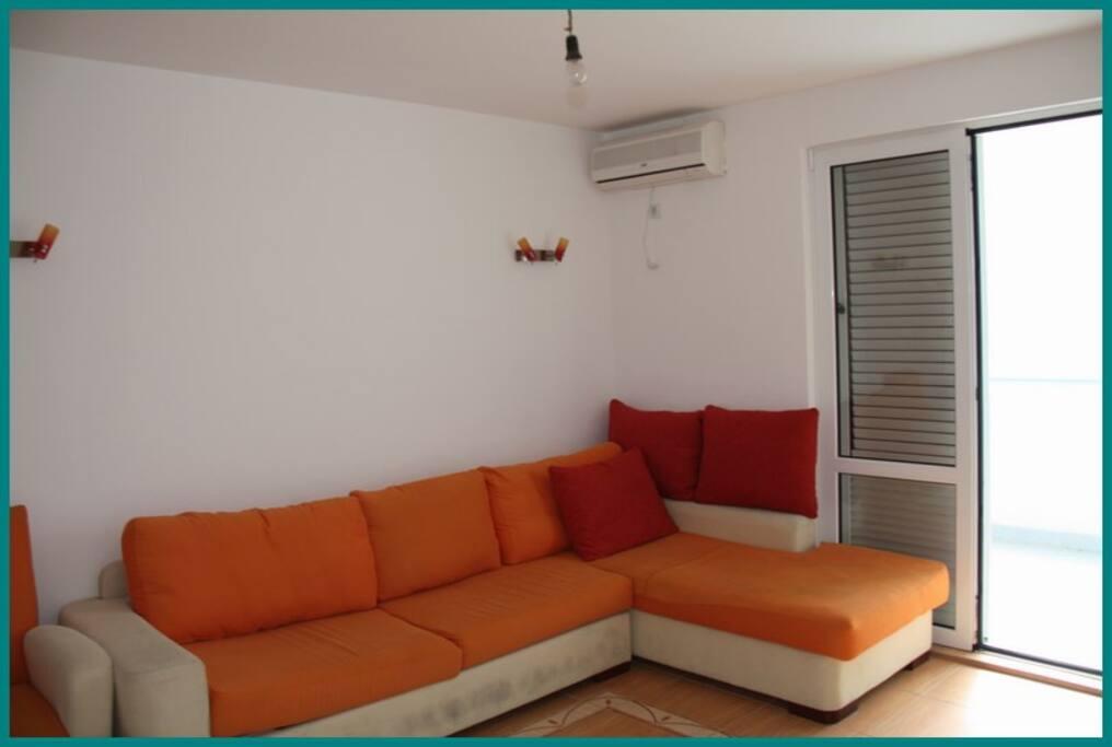 2-я квартира: гостиная с выходом на террасу. Мебель обновлена, на фото - старая...