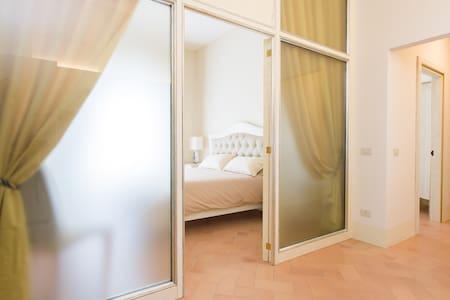 Due camera da letto matrimoniali ampie e luminose dotate di aria condizionata e vista sulla Piazza del Popolo.