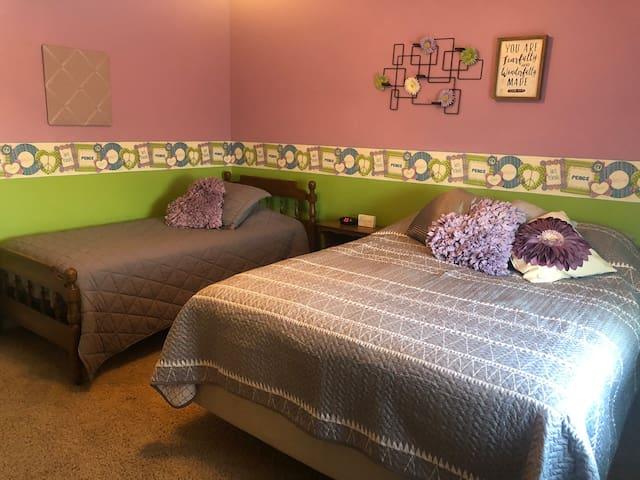 Bedroom #4- single & queen bed