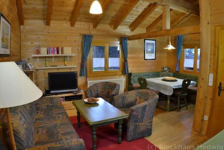 Wohnzimmer mit Sat-TV, Sony Playstation, Sitzgruppe und Essbereich mit Tisch und Ecksitzbank