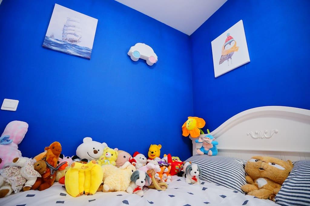 与复旦、上海财大仅一街之隔的温馨彩色卡通房间,铺满了各种小玩具