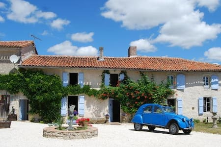 Farmhouse B & B with pool - Angoulême - Bed & Breakfast