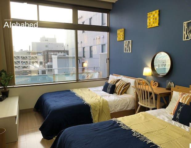 北欧風の寝室にはダブルベッド2台を設置。大きな窓が気持ちが良いです。