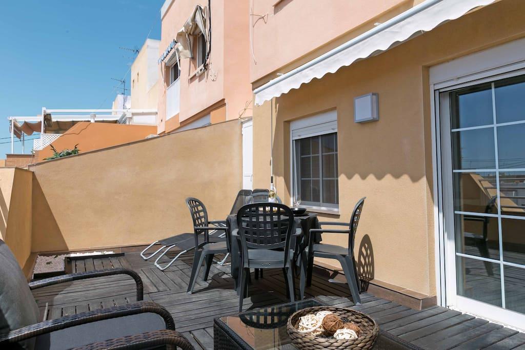 Bonita terraza equipada con toldos, mesa y tumbonas. Nice terrace equipped with awnings, table and sun loungers.