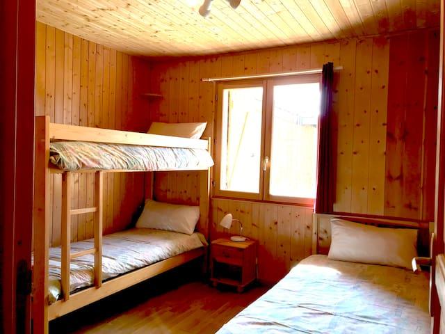 Bedroom 1 with bunks and single bed / Chambre 1 avec lits superposés et lit simple
