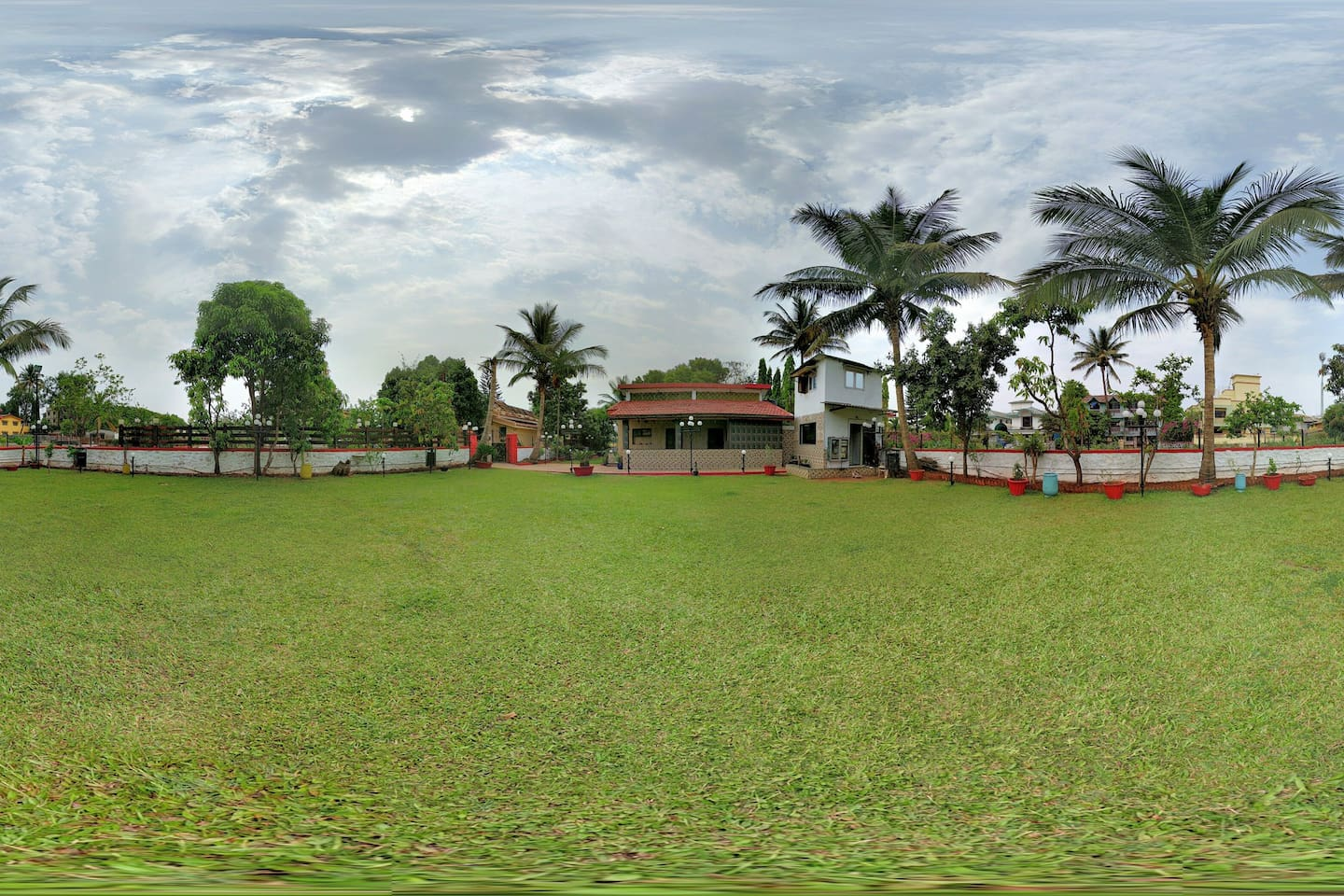 Panoramic view of the villa with the lawn.