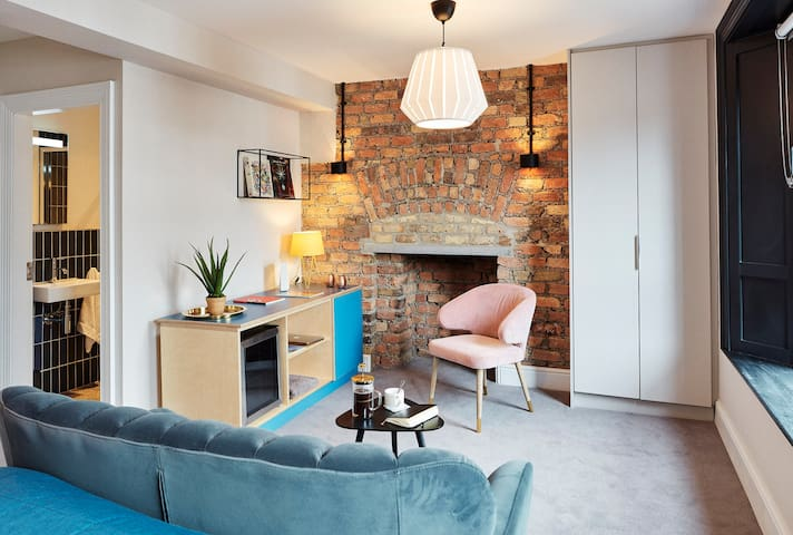 Cozy ensuite room, with mini fridge in Dublin 2.
