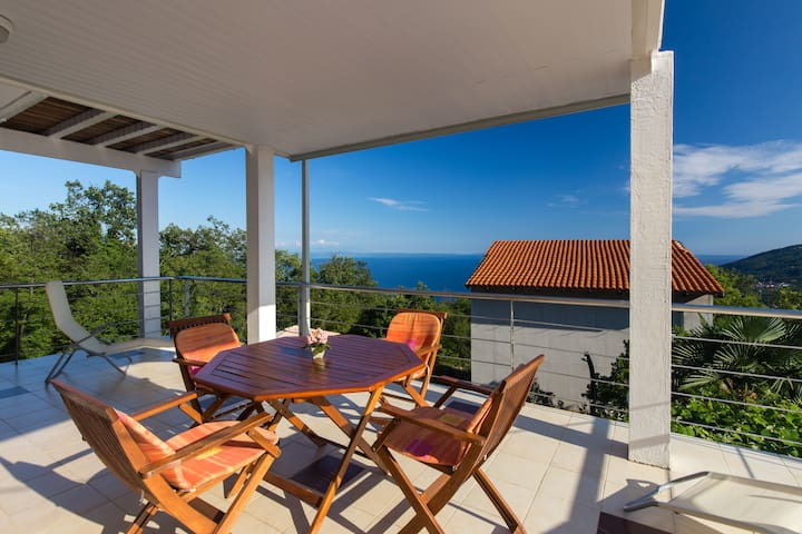Amazing seaview & huge terrace 2BD. - Opatija - Appartement