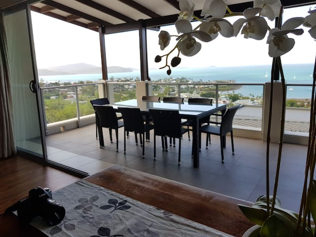 WHITSUNDAY REFLECTIONS, HUGE POOL, KITCHEN & WIFI