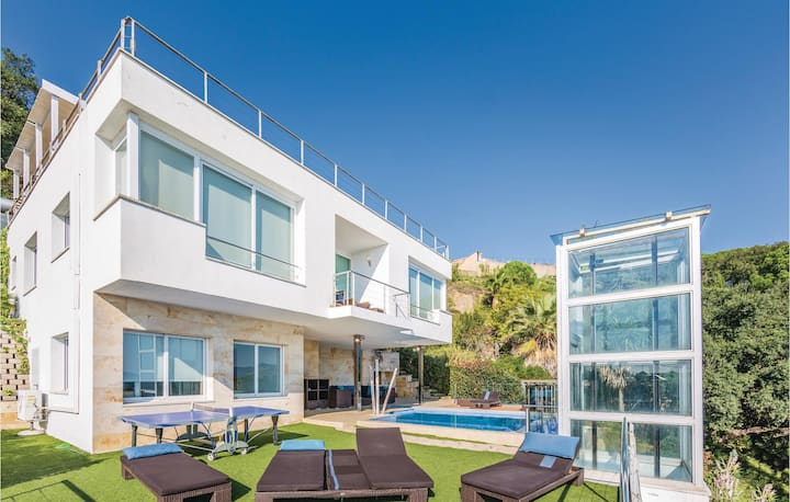 Amazing home in St. Cebrià de Vallalta with Jacuzzi and 4 Bedrooms