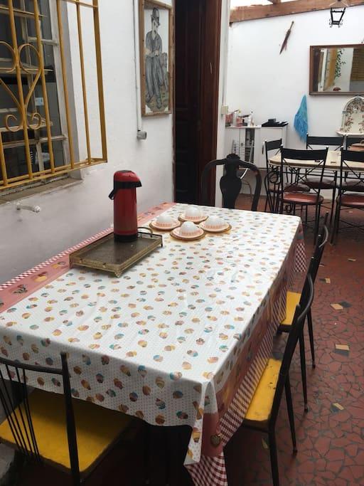 Mesa do café, no quadro compõe o espaço, porem a partir da 6 da manha contem, pão, manteiga, requeijão, margarina e geleia de goiaba. Há também uma sanduicheira disponível.