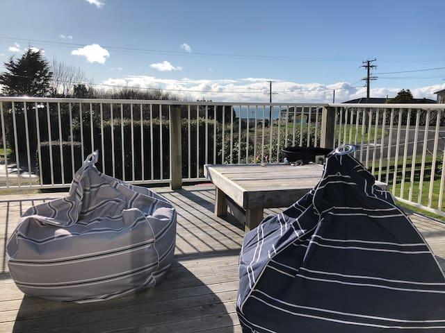 Magooza's beach house - A family kiwi Bach