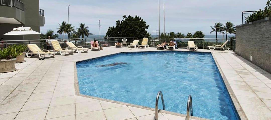 Apartamento com piscina e vista para o mar!!