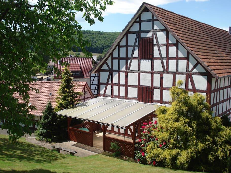 Die überdachte und beleuchtete Terrasse im großen Garten