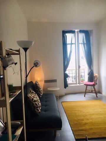 Un salon aéré à haut plafond