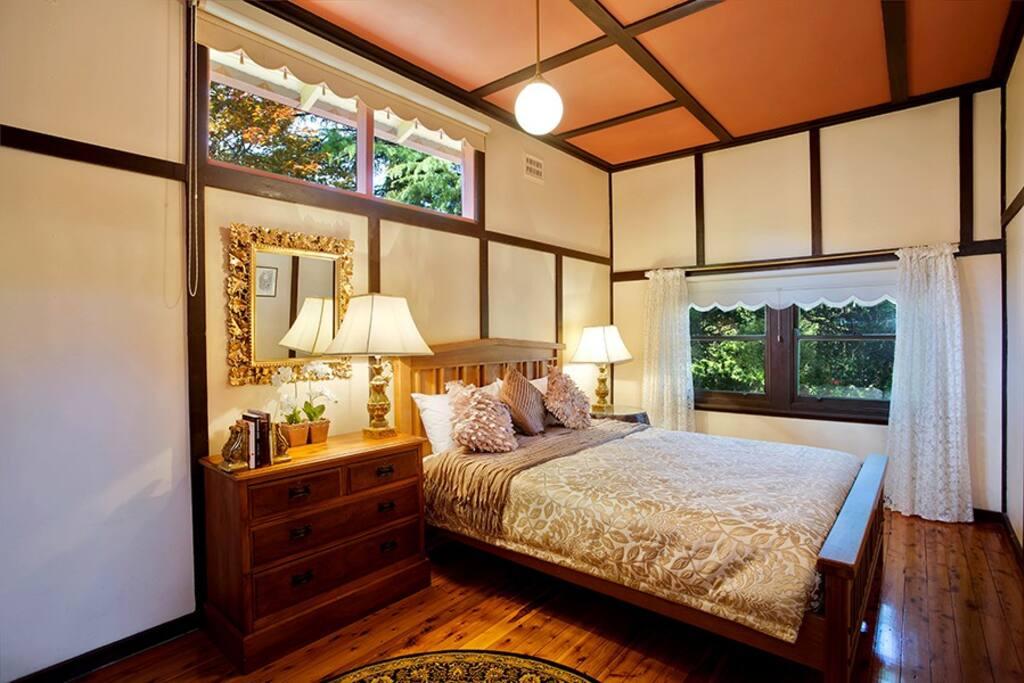 Tudor Room (Queen bed)