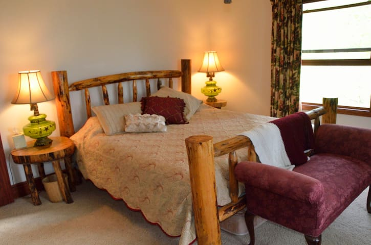 """Bare"" in the woods room - Boone - Bed & Breakfast"