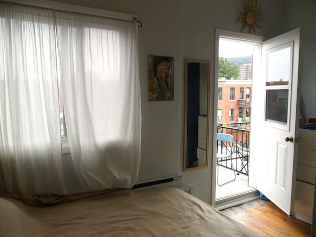 Great location, 2bdr, art-filled and bright!