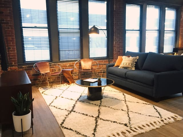 Spacious Loft in HEART of Downtown Music City! 206