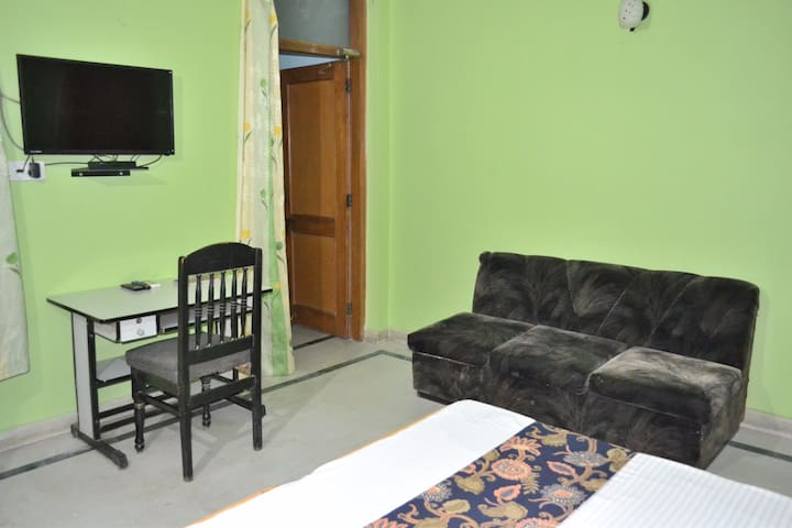 Spacious Room in Pitampura for long/short stay