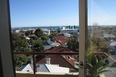 Central Fremantle Ocean View Flat - Fremantle