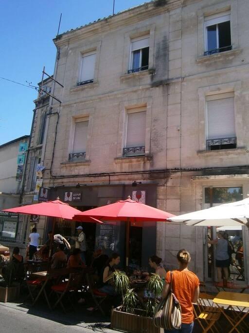 Immeuble ancien, restaurants et théâtres dans la rue