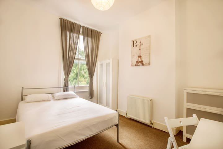 Fantastic single bedroom in Bravington Road by Allô Housing