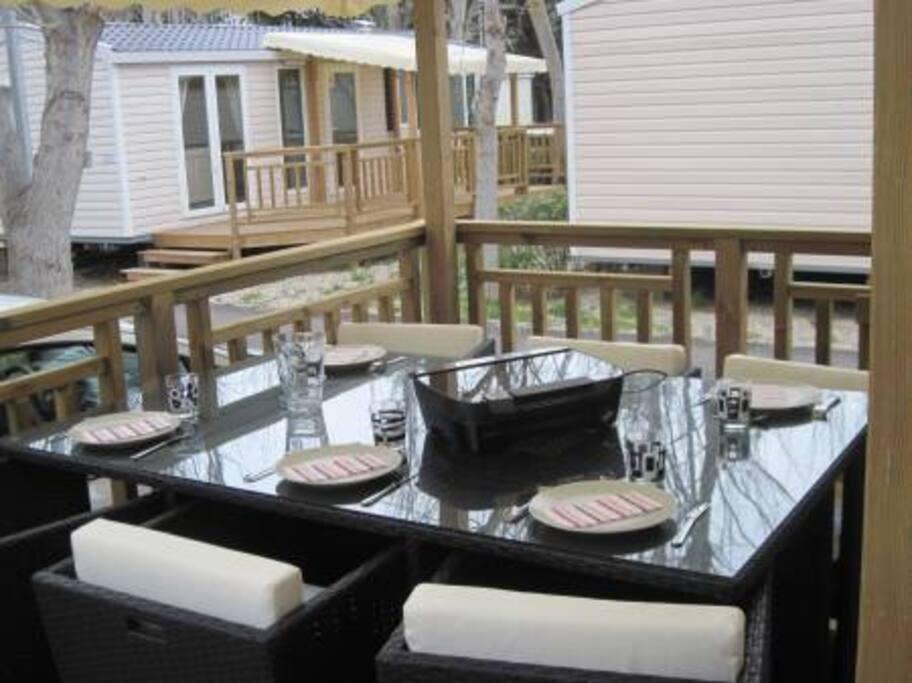 Salon de jardin très confortable pour 6 personnes sous une terrasse semi couverte