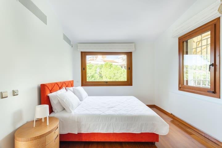 First floor / Bedroom 3: Queensize bed; enjoy the calmness of the moment