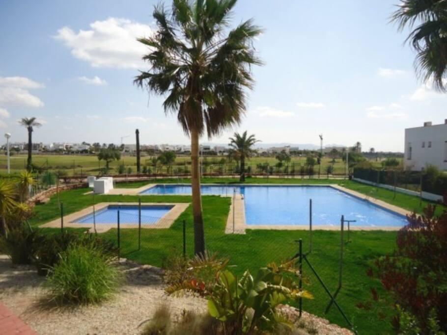 zonas comunes con piscina para adultos y para niños