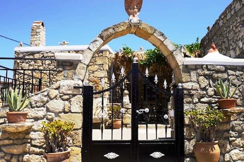 Традиционный каменный  дом Creta в деревне безмятежности