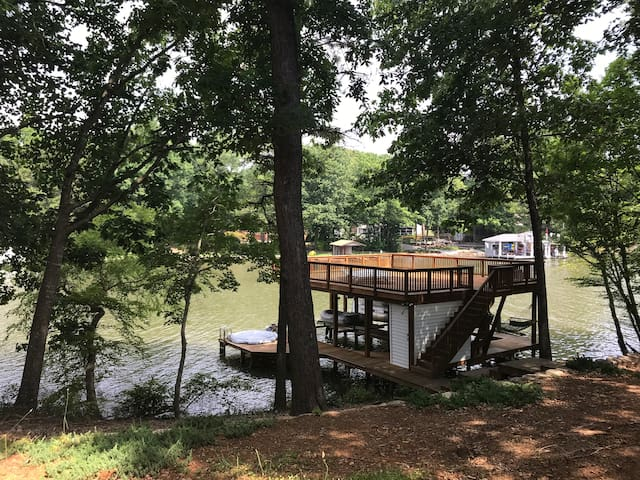 It's better at the lake! 2 bdr studio w/boat slip