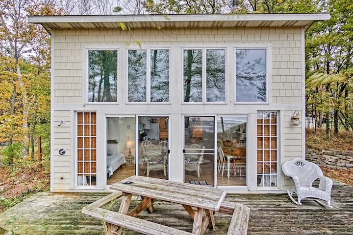 Beachfront Lake Michigan Cottage w/Fire Pit & Deck