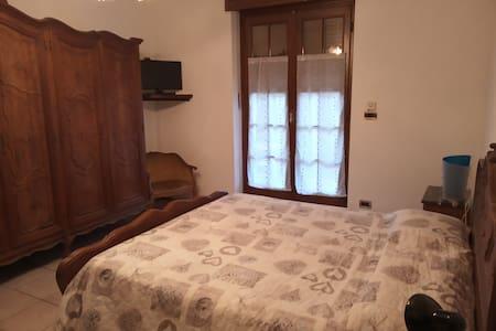 Camera matrimoniale con accesso al balcone