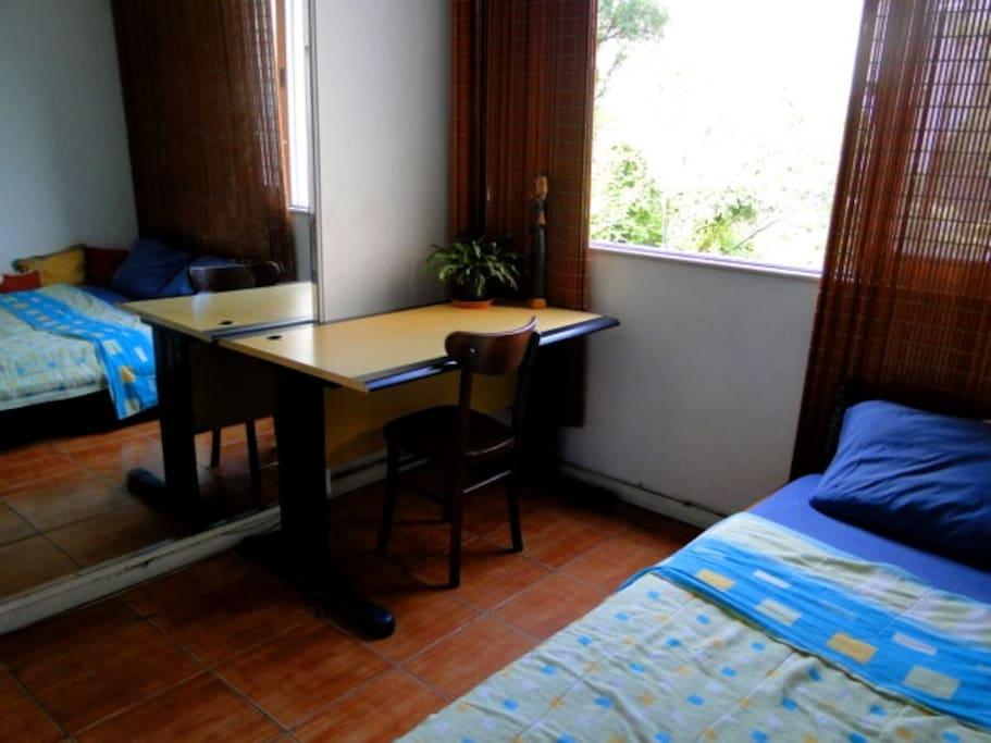 Mesa para trabalho ou escrita, pode ser movida, conforme a necessidade.