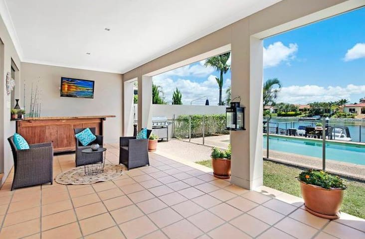 Large home on the Canal in Helensvale - Helensvale - Rumah
