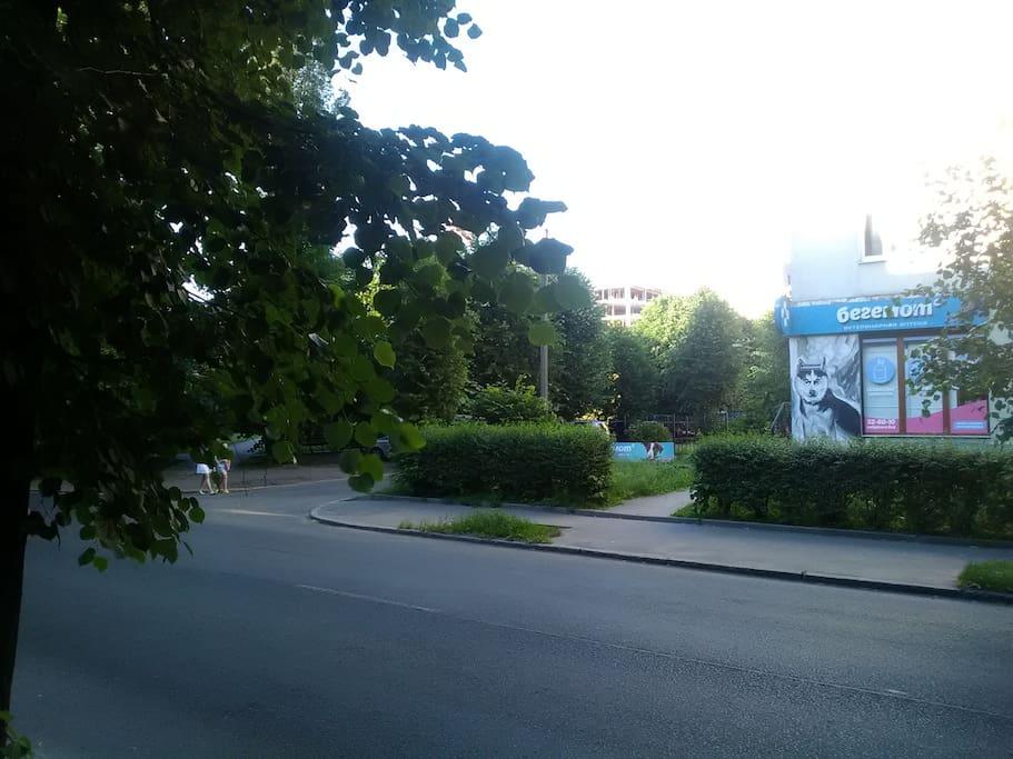 сквер и общественная парковка напротив квартиры