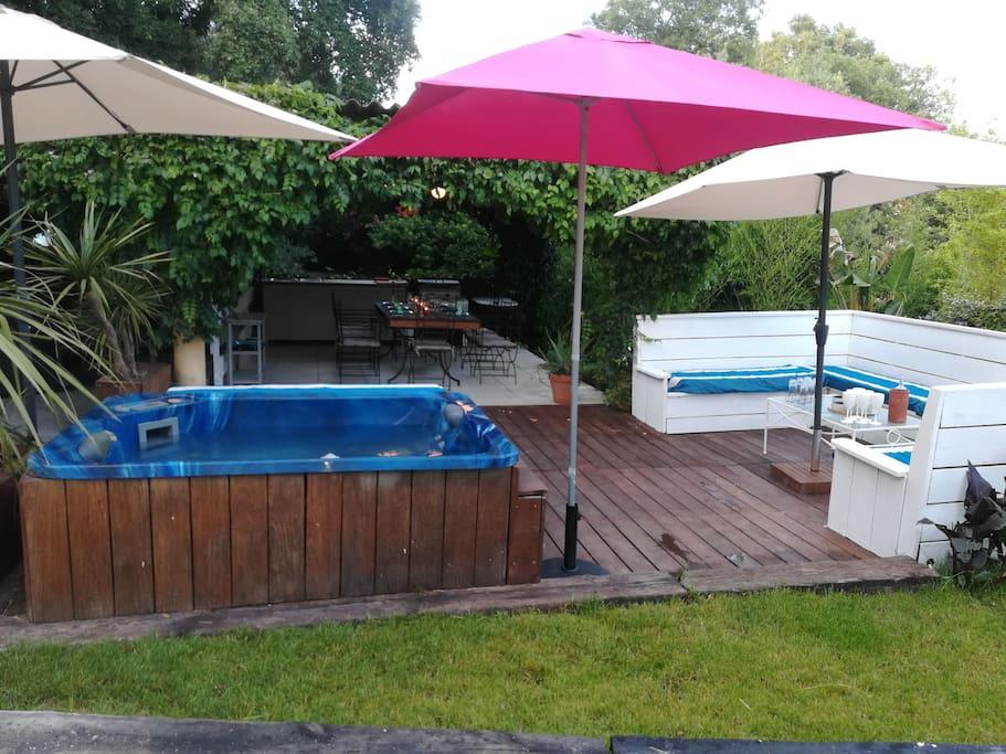 Jardin: terrasse avec jacuzzi, salon, pool house