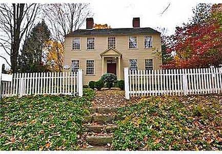 Colonial charm in 1776 CT farmhouse - Durham - Hus