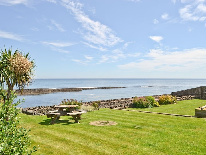 Water's Edge, Craster-Sleeps 8, seaside cottage.