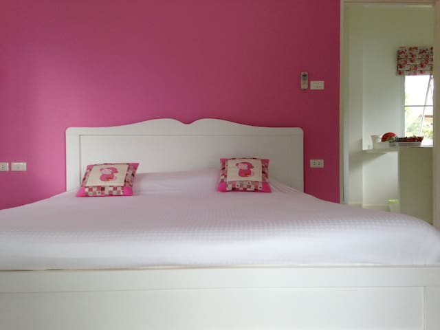 1 Pink Bedroom Villa with Lake View - Thalang - Bed & Breakfast