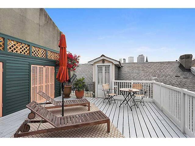 Monthly: French Quarter studio w/ Balcony