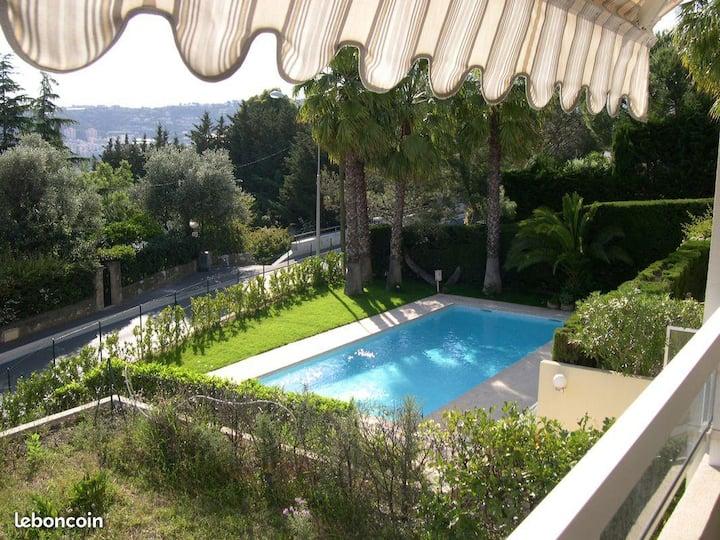 Très agréable studio avec terrasse et piscine