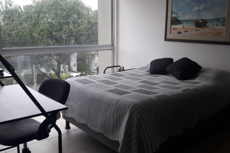 Cómoda habitación con cama de 2 plazas, closets, escritorio y televisión