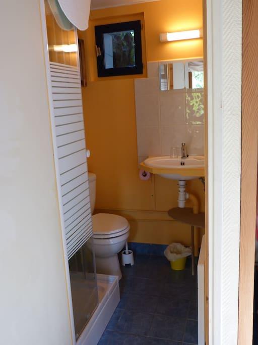 salle de bain, douche et wc indépendants