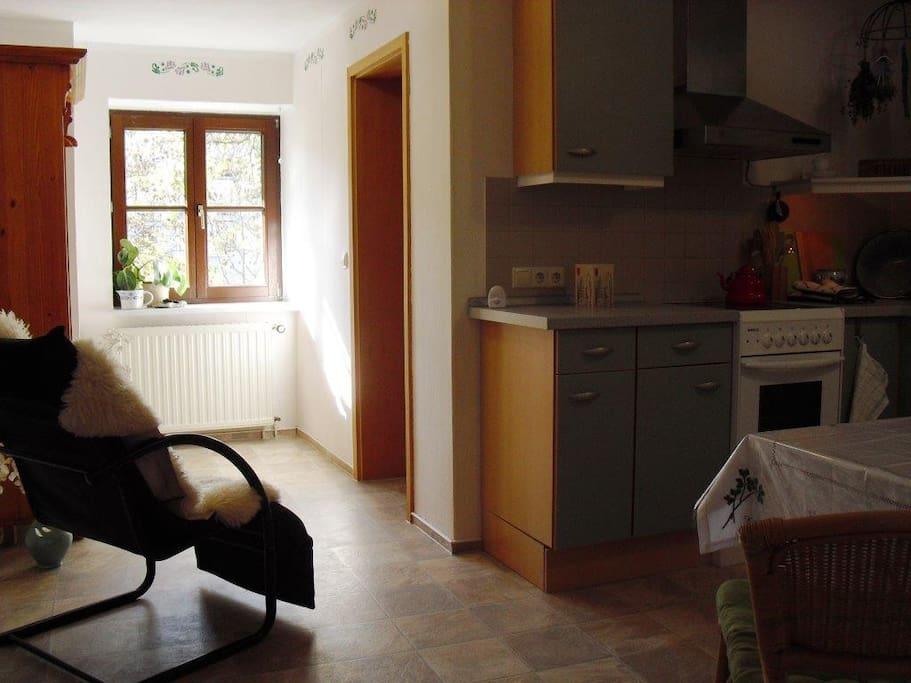 Gut ausgestattete Küche mit Sitzbereich